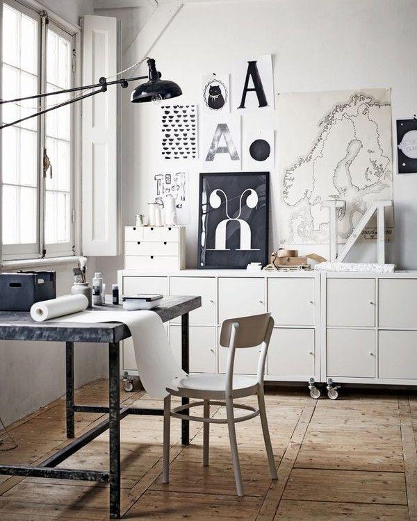 Sort og hvid kontor i skandinavisk indretning.