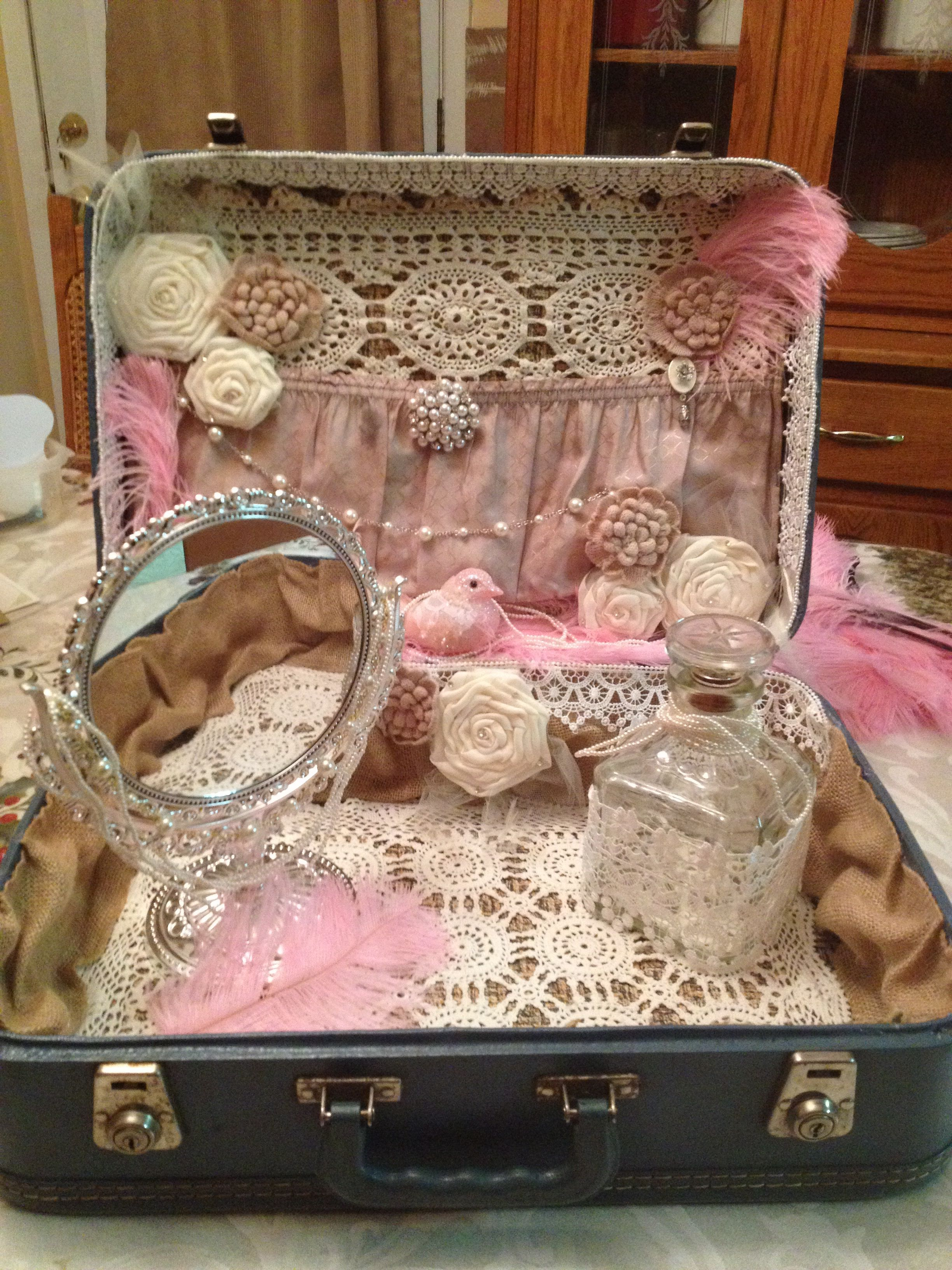 Vintage Suitcase Wedding Decor / www.fantasycreationsinvites.com #vintagesuitcasewedding Vintage Suitcase Wedding Decor / www.fantasycreationsinvites.com #vintagesuitcasewedding