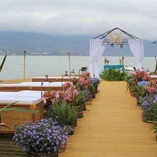 Um altar emoldurado pelo mar. #casar #casamento #casarnailha #ilhabela #noiva #noivos #amor #praia #sonho