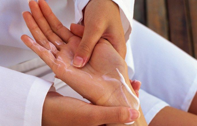 Abschluss-Ritual: Eincremen - Handmassage für zuhause: Anleitung - Nirgendwo sonst ist die Haut Umwelteinflüssen so stark ausgesetzt wie an den Händen. Eine Extra-Portion Pflege ist darum das perfekte Abschluss-Ritual für Ihre Handmassage...