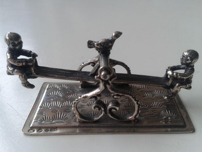 Online veilinghuis Catawiki: Zilveren miniatuur van kinderen op een wip, Van Niekerk, Schoonhoven 20e eeuw