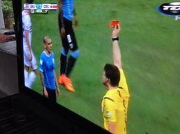 PEREIRA DE uruguay con una roja, por no controlar su desesperación ante la derrota del ¨chiquito¨ Costa Rica  3-1, en Brasil 2014.