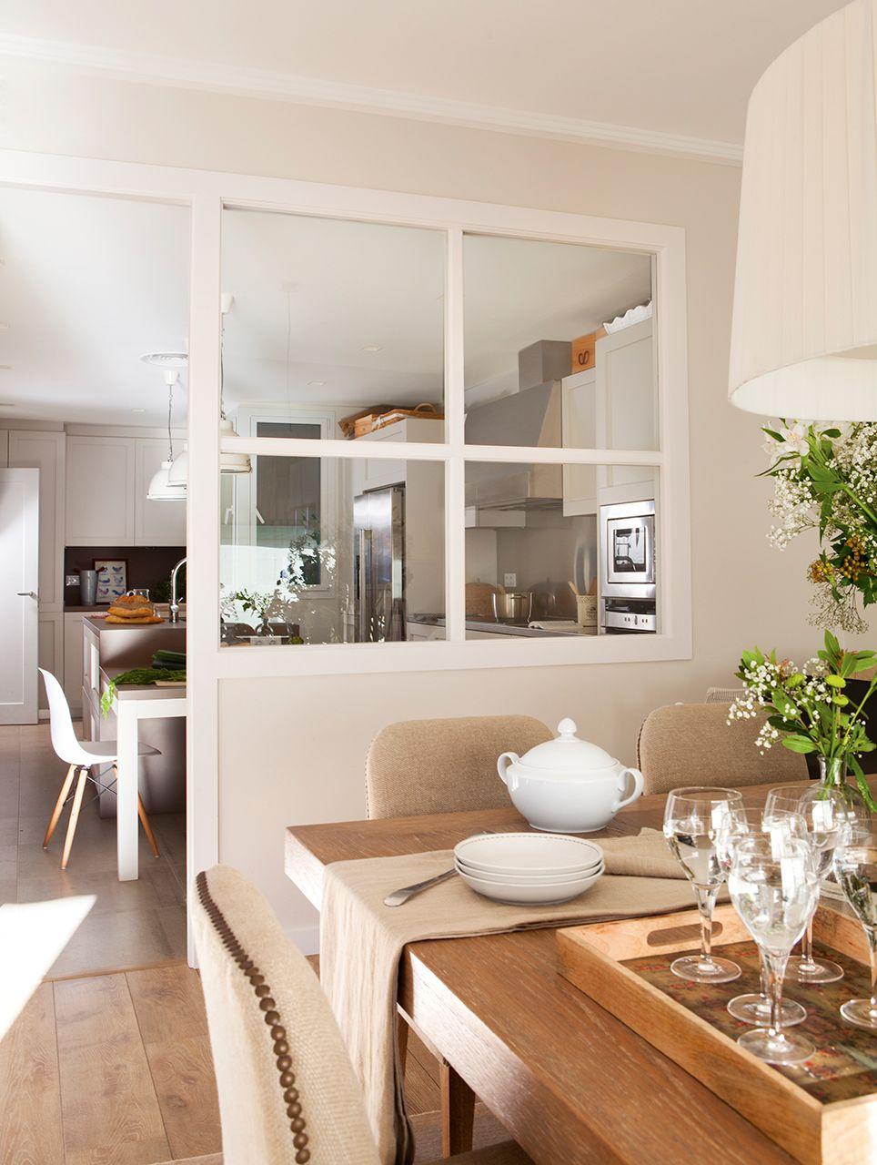 Cocina separada del comedor por vidrio de cuarterones for Salones para pisos