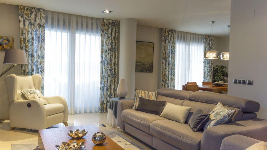 Sal n comedor con dobles cortinas estampadas flores - Interiorismo salon comedor ...