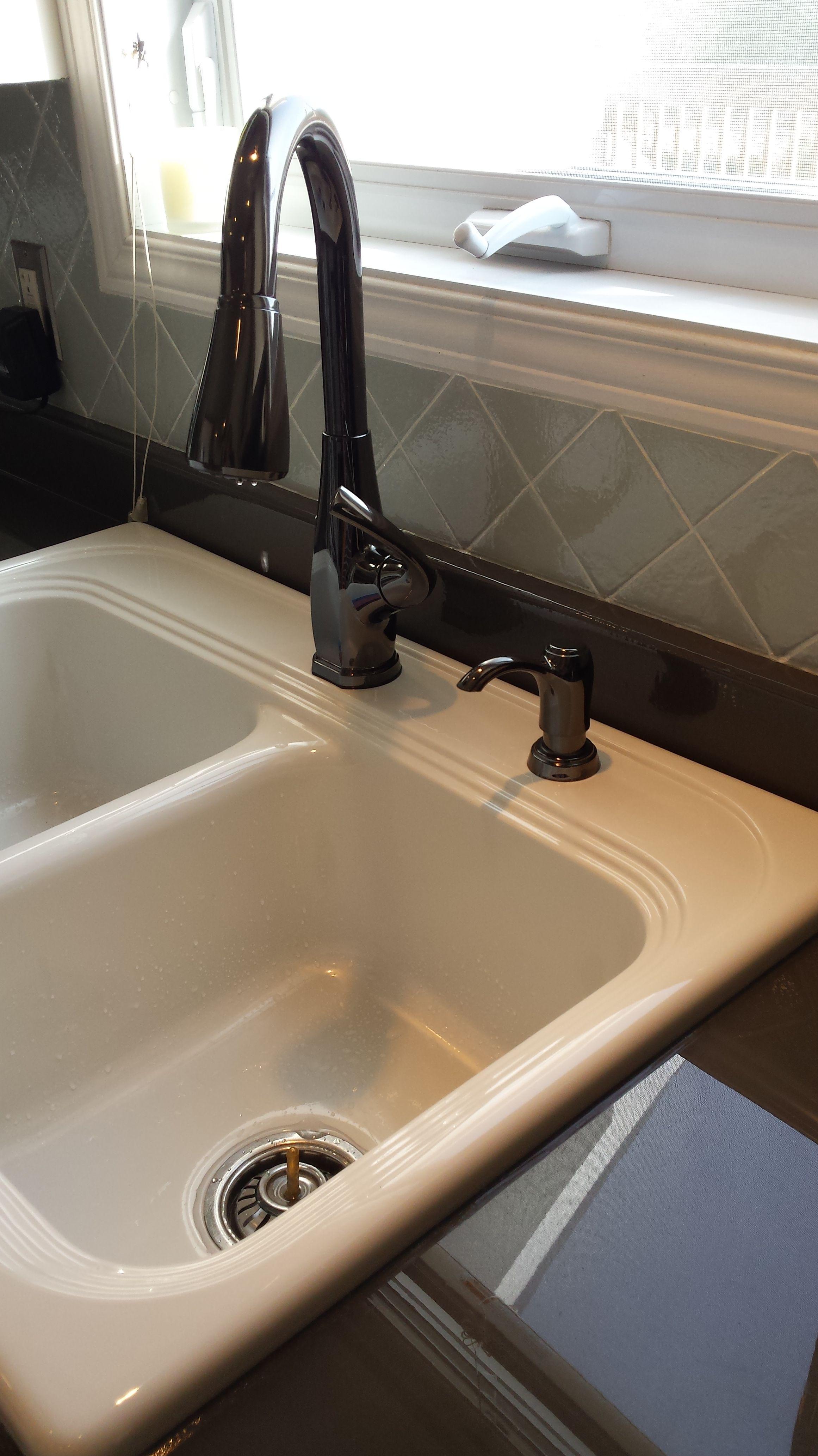 Epoxy Countertop White sink Painted ceramic backsplash | DIY