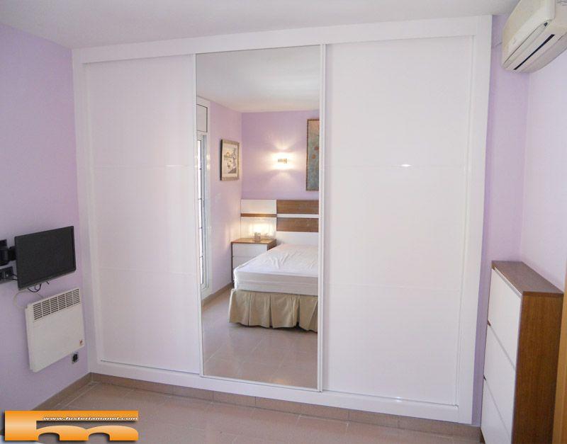 Armario lacado empotrado a medida con puertas correderas proyecto realizado por fusteriamanel - Dormitorios con armarios empotrados ...