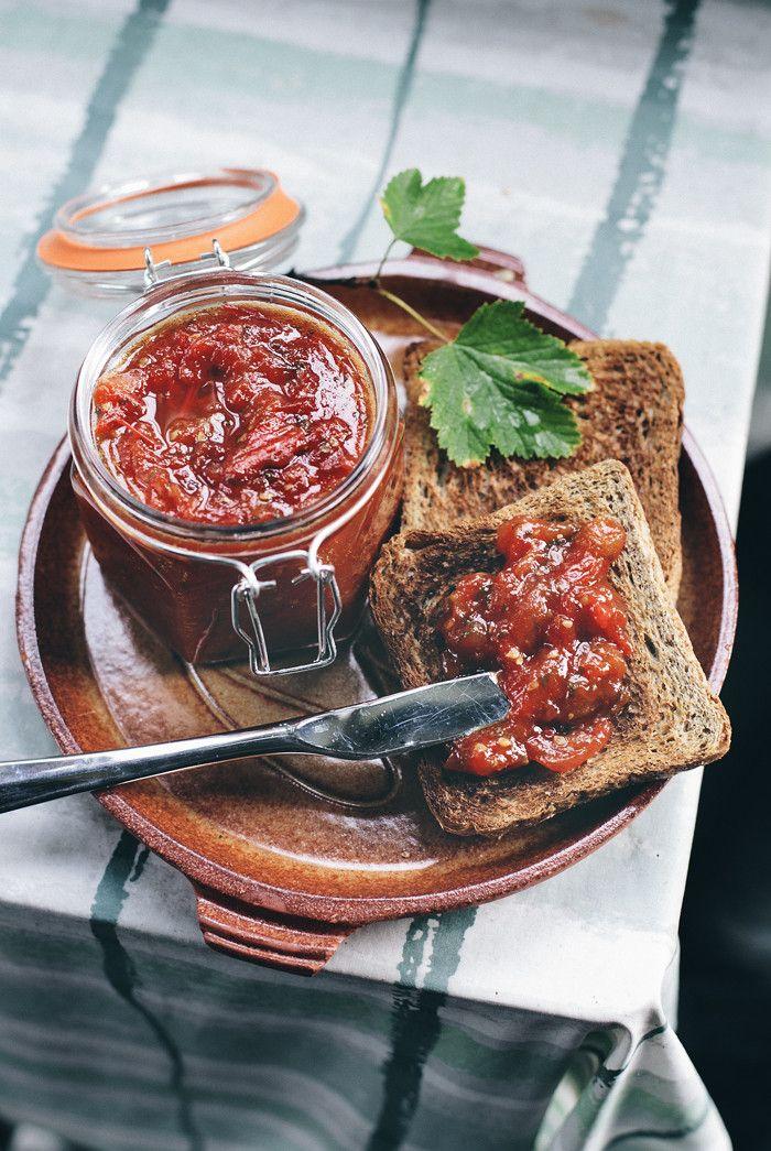 Tomaattihillo (n. 4 dl): 1 kg tomaatteja, 2 dl sokeria, 2 rkl sitruunan mehua, 1 rkl tuoretta inkivääriä, 1 tl suolaa 2 rkl rosmariinia hienonnettuna. Pilko tomaatit karkeiksi paloiksi, yhdistä ainekset kattilassa ja lämmitä keskilämmöllä kiehumispisteeseen. Vähennä lämpöä, sekoittele välillä pohjia myöten. Muhittele hilloa tunnin ajan, kunnes neste on hävinnyt - jäähtyessään hillo muuttuu kiinteämmäksi.