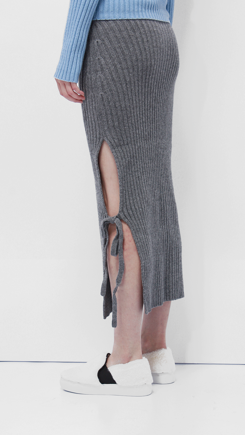 How to tie a skirt with knitting needles