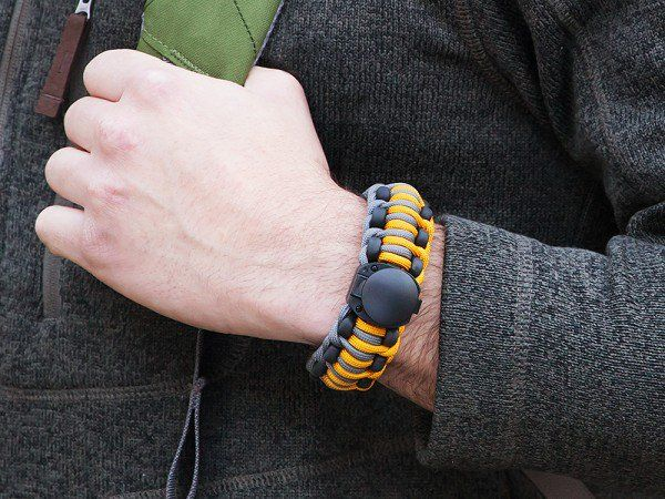 Survival Bracelet Kit By Wazoo Gear I Ve Seen The Trend In Paracord Bracelets But This One Actually Has Woven Into It