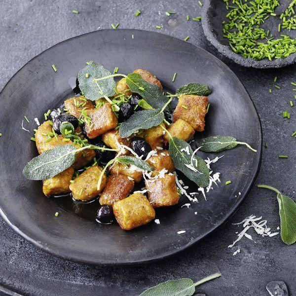 Chiasamen machen schön satt, spenden Kraft und stärken die Nerven. Die leckeren Kürbisgnocchi mit den gesunden Samen haben ganz bestimmt das Zeug zum...