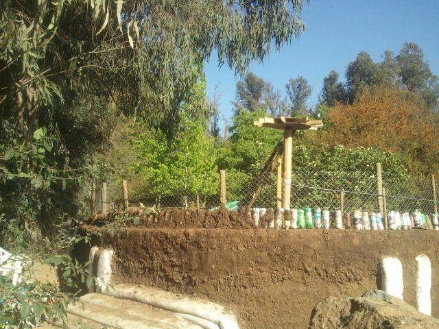 Seguimos levantando el muro perimetral del #Quincho con #Ecoladrillos amarrados, malla galvanizada, y mezcla de tierra con alfalfa seca y agua 009