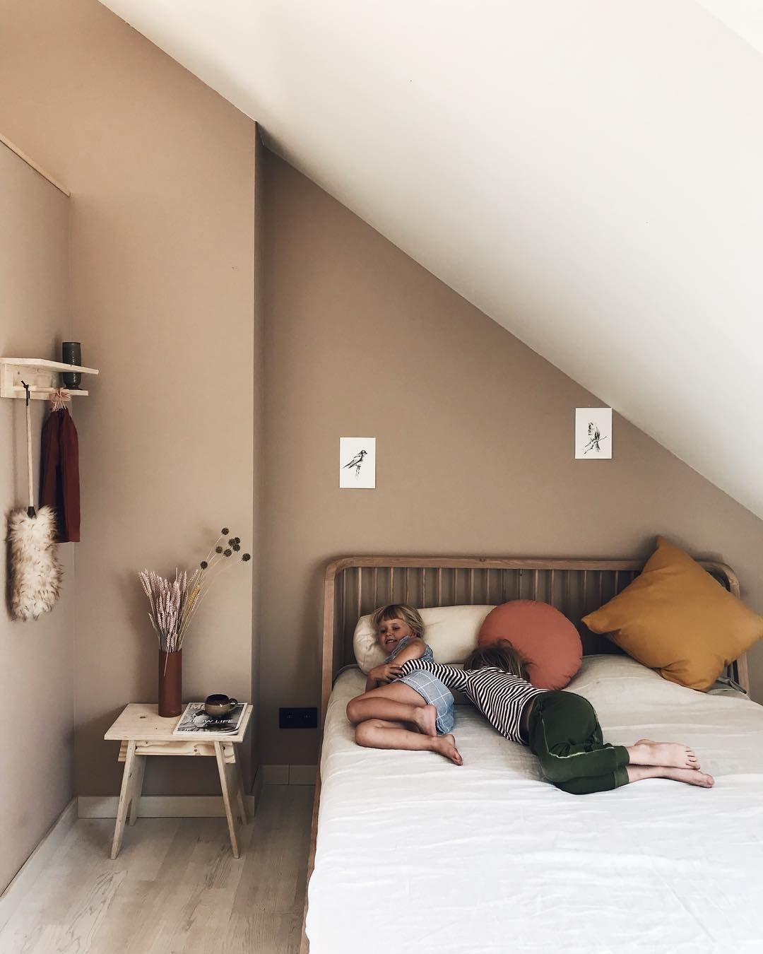 Een Persoon Slaapkamer.Afbeelding Kan Het Volgende Bevatten 1 Persoon Woonkamer Tafel En