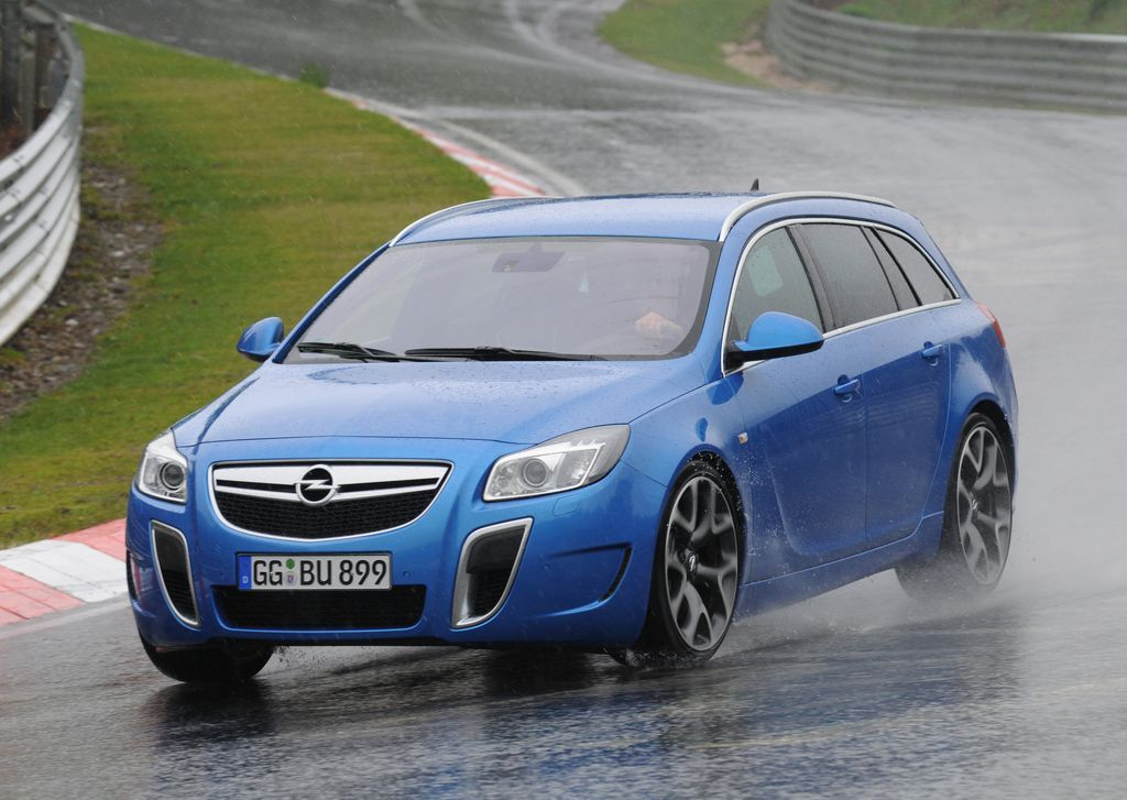 The Opel Insignia Opc Sports Tourer Took The Best Sport Car Of The Year In The Station Wagon Category In Auto Bild S Spor Cool Sports Cars Opel Station Wagon