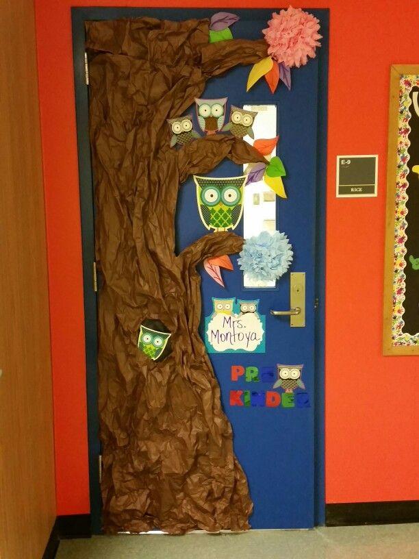 Puerta de salón de clases decorado con tema de búhos
