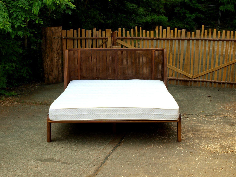 Bett Mit Einem Kopfteil Aus Wiener Geflecht Rattan Furniture Inspiration Furniture Outdoor Bed