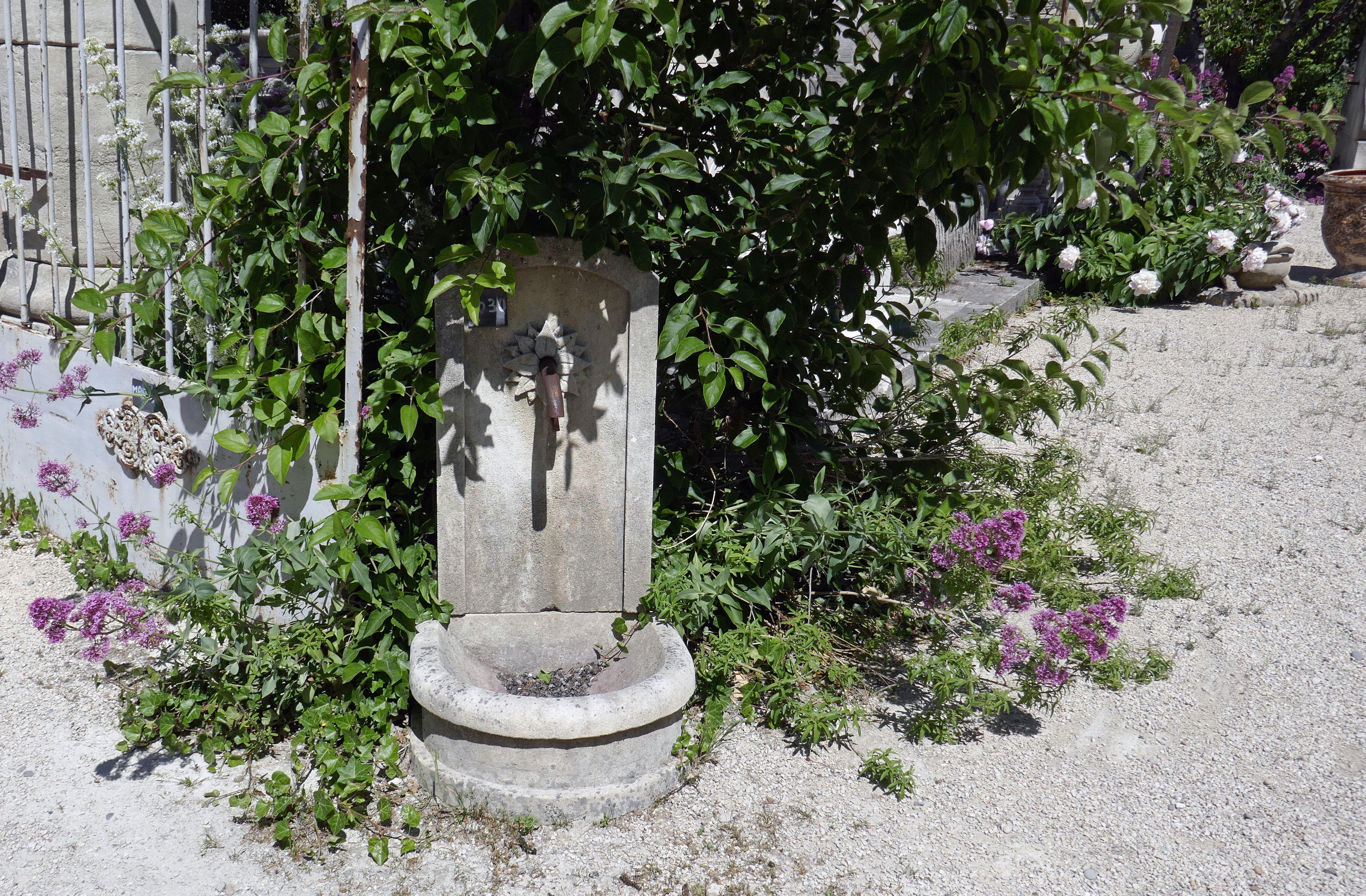 Cette Petite Fontaine En Pierre A Pleins D Atouts Pas Cher