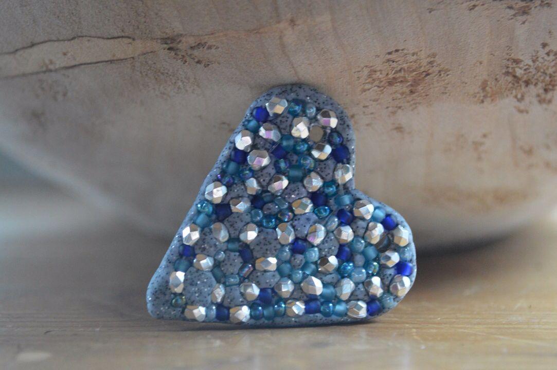 Blaues Herz aus Glassteinchen
