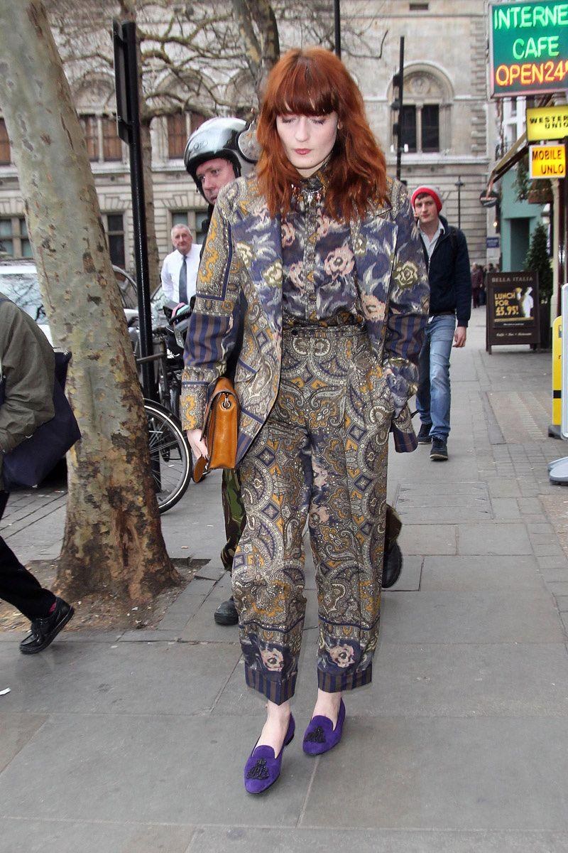 Florence Welch con un look de la colección otoño-invierno 2011/2012 de Kenzo y zapatos de ante morado de Ralph Lauren.