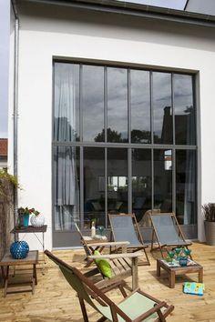 Maison moderne avec grandes fen tres baies vitr es et for Fenetre interieure type atelier