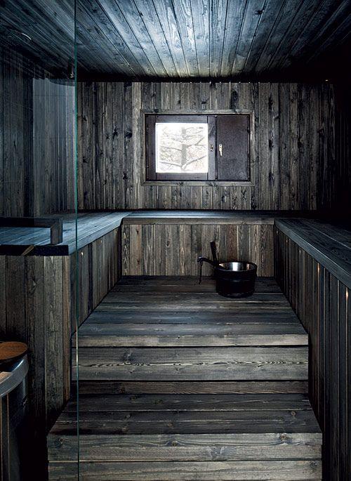Tummaa Eleganssia. Tumma sauna on isännän mielestä paras osa kylpyhuonetta. Siihen haettiin inspiraatiota vanhoista savusaunoista. Saunan, kuten koko muunkin tilan, suunnittelun ja puutyöt toteuttivat suunnittelija Kaj Albäck ja puuseppä Mikko Yli-Knuuttila Groovista. Perhe mietti aluksi puukiuasta, mutta päätyi lopulta varaavaan Helon Rondoon. Pinta pysyy viileänä, joten se on huoleton valinta lapsiperheeseen. | Kaupunkilainen savusauna | Koti ja keittiö
