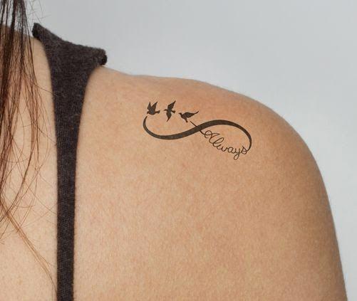 Idee Tattoo Infini Tres Feminin Epaule Avec 3 Hirondelles Et Mot