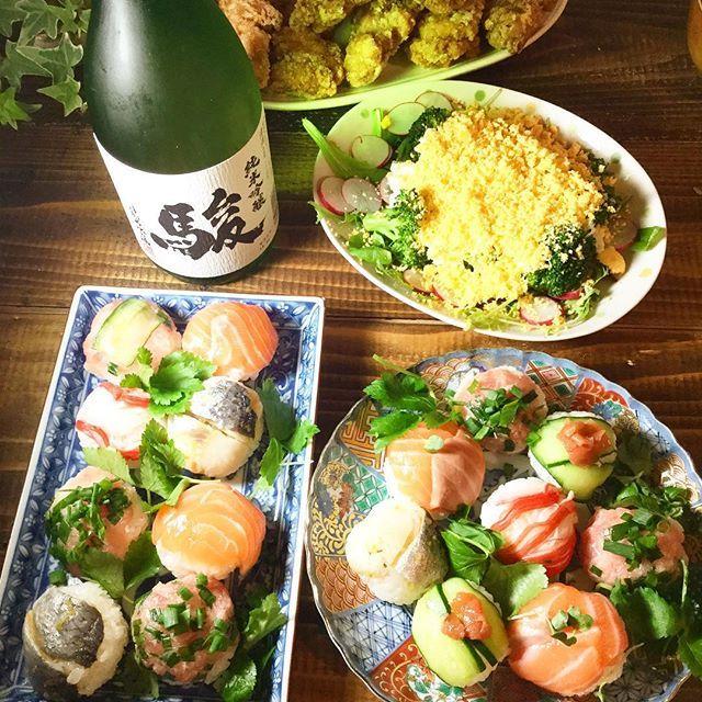 toshi_1018昨日仕事が休みだったので、家で雛祭りパーチーしましたよ(*▽)ノ手毬寿司作ってみました(*^^)vネタはサーモンに、ニシンの酢漬け、カニカマ、キュウリ、マグロで酢!小さいほうが見栄えは良いんだけど、大変なので大きめです(^^;;あとはミモザサラダなんか作りましたよ(*▽)ノ#おうちごはん #今日の夕飯 #雛祭り#手毬寿司 #ミモザサラダ