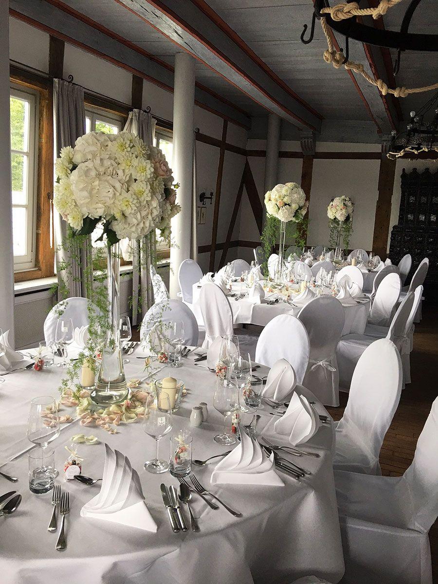 Hochzeit in Weiß, edle Blumendekoration mit den weißen Blüten der Dahlie, Hortensie und Rose im Zollenspieker Fährhaus an der Elbe, Hamburg