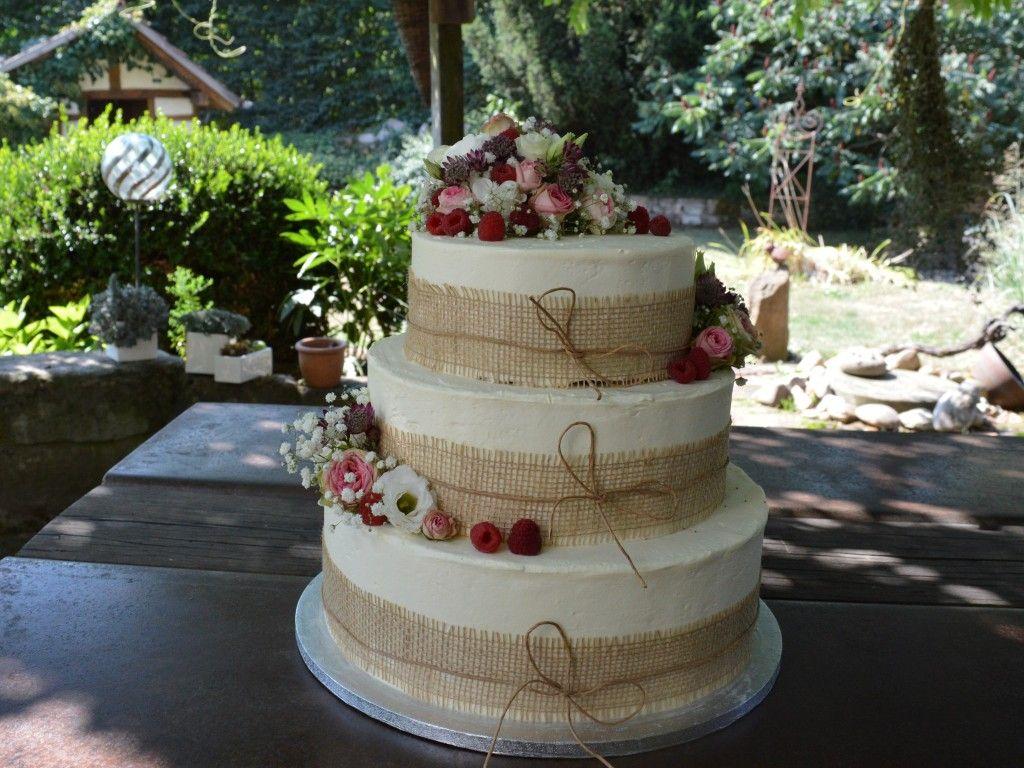 Schokoladen Nuss Hochzeitstorte Mit Rosafarbenen Blumen Und