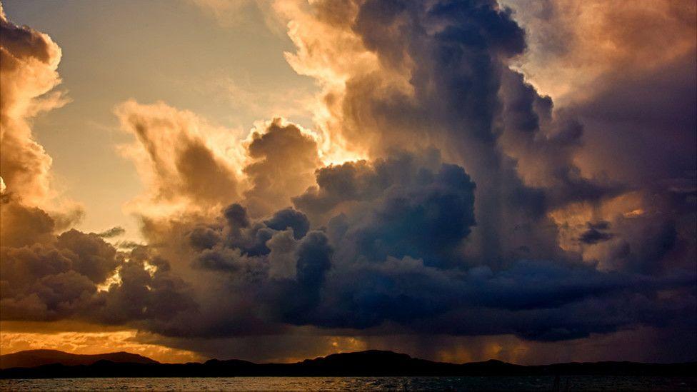 """As imagens foram analisadas pelo cientista John Hammond, do UK Met Office, o centro nacional de meteorologia da Grã-Bretanha. Acima, nuvens cumulus em forma de torre, que, segundo Hammond, aparecem em dias chuvosos. """"Nessa imagem dá pra ver até mesmo as precipitações na base"""", diz."""