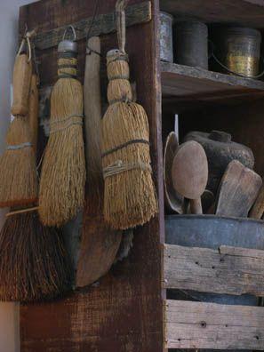 Rustikal, Primitive Antiquitäten, Primitive Volkskunst, Urtümliches Dekor,  Landhaus Dekor, Landleben, Landleben, Reisigbesen, Besen Und Bürsten