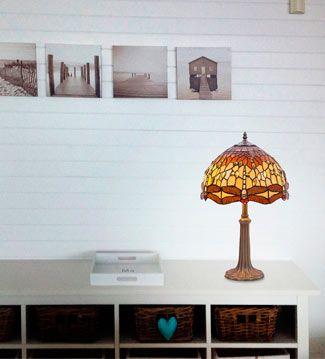 El eclecticismo es una de las claves para lograr espacios con personalidad, por ejemplo, combinando estilos como el de un aparador romántico y una clásica lámpara Tiffany.