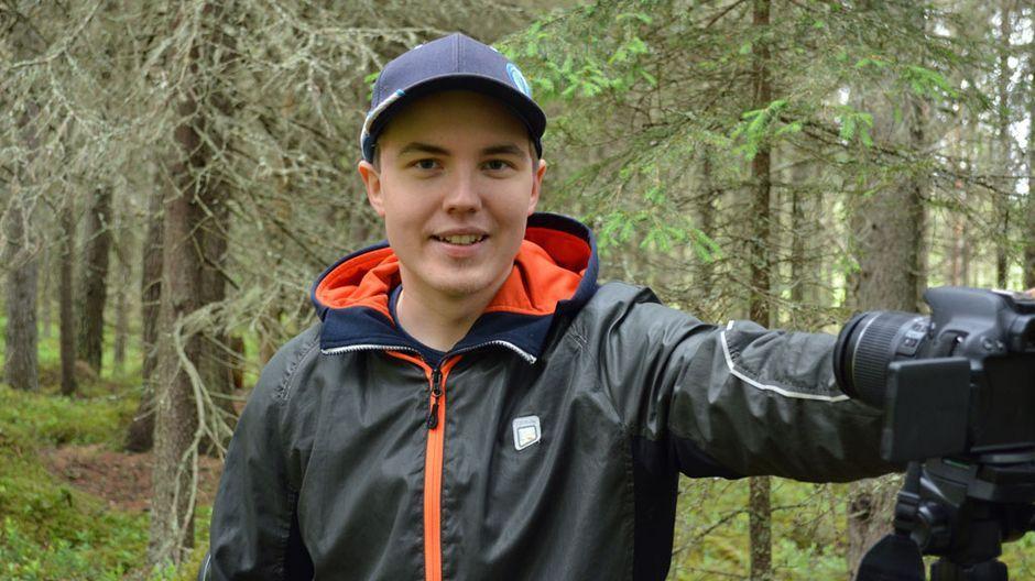 Kuusimetsä löytyy pihan perältä, joki ja järvi ovat kivenheiton päässä. Sotkamolainen tubettaja Veka Tolonen sanoo, etteivät suomalaiset edes ymmärrä, miten hieno luonto meillä on. Ulkoministeriön maakuvayksikkö julkaisee Vekan videoita omalla YouTube -kanavallaan. (21.6.2016)