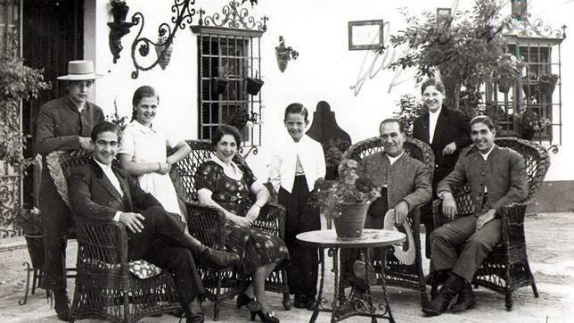 montepio de toreros | Manolo Bienvenida, en una foto de la dinástica y torera familia ...