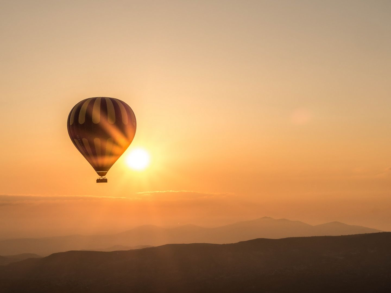 Văzută de sus din balon, Cappadocia îți dă impresia că ai fugit pentru o clipă de pe Pământ și ai ajuns într-o altă lume.