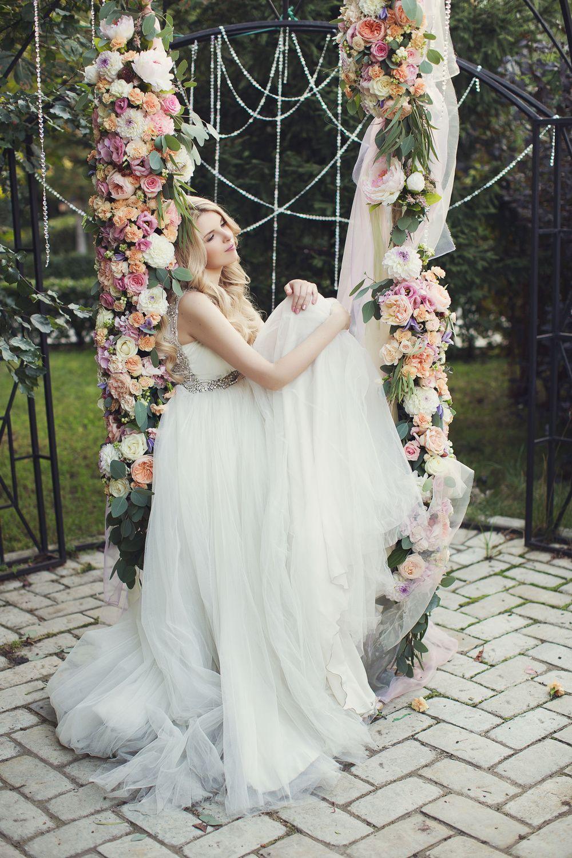 Bride on floral garden swing. Woodland garden wedding. Wedding photo ...