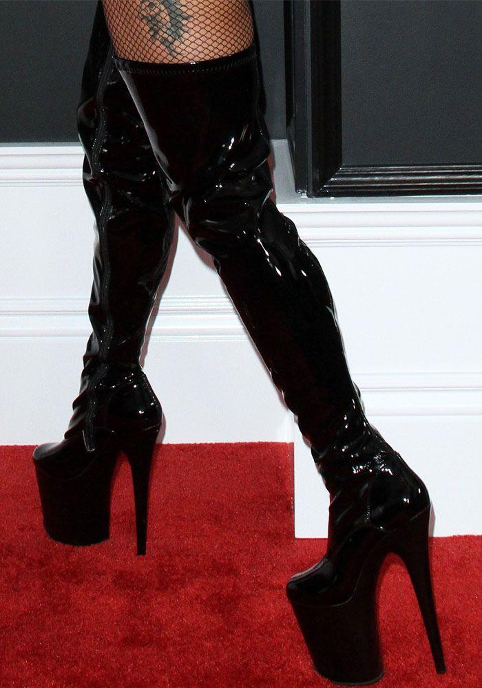"""61a2fd981f Lady Gaga turned to Pleaser USA for her """"Flamingo 3000"""" platform  over-the-knee boots.   BOTA FEMININA em 2019   Botas femininas, Sapatos e  Looks"""