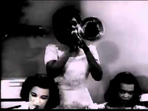 """""""Swing City: Damas de The Groove"""", Melba Liston en el trombón, como un miembro de la """"Banda All American Girl"""" en 1945 (el comienzo de su carrera artística)."""