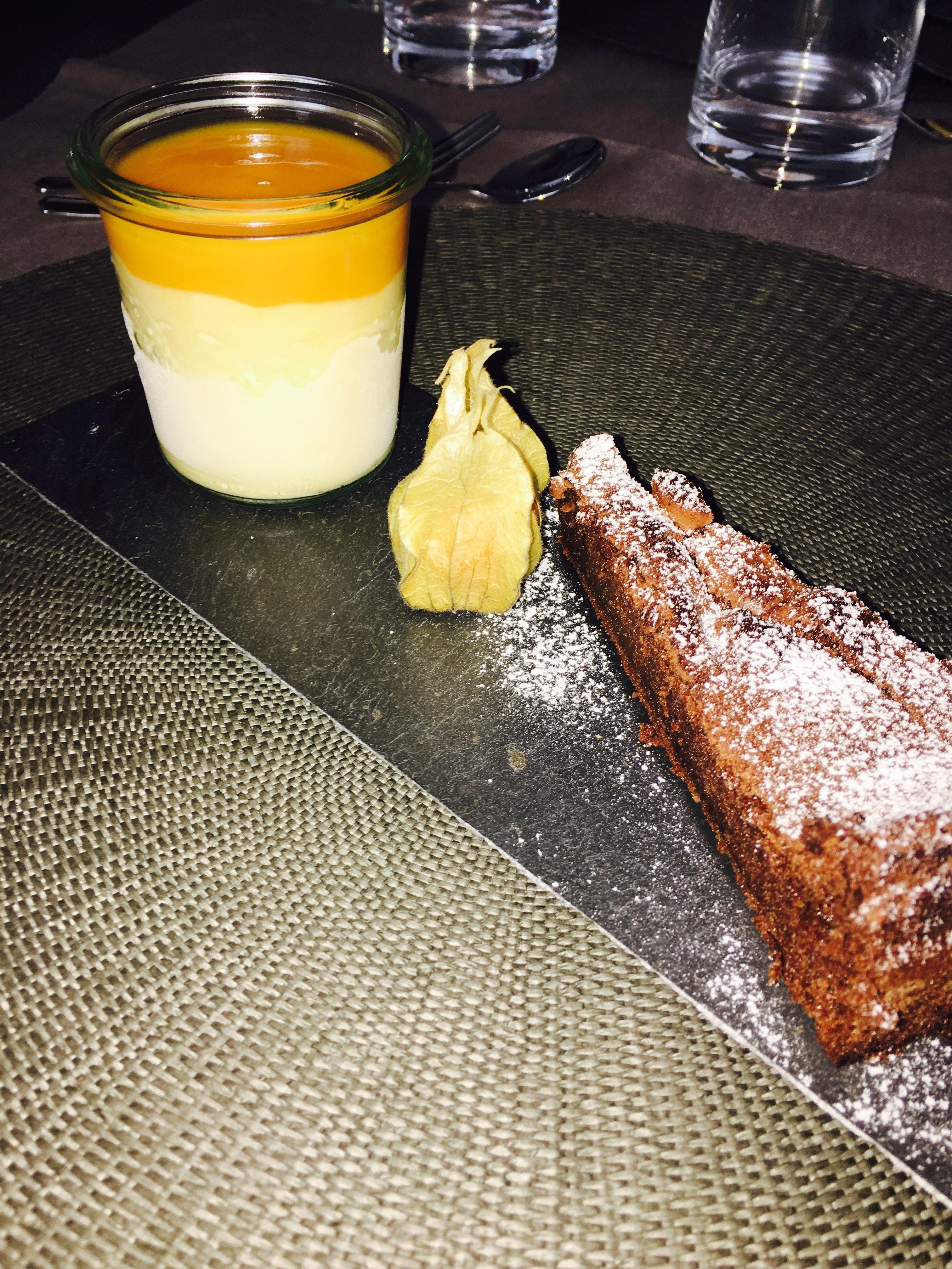 Schokoladenkuchen ohne Mehl mit Mango Parfait & Püree