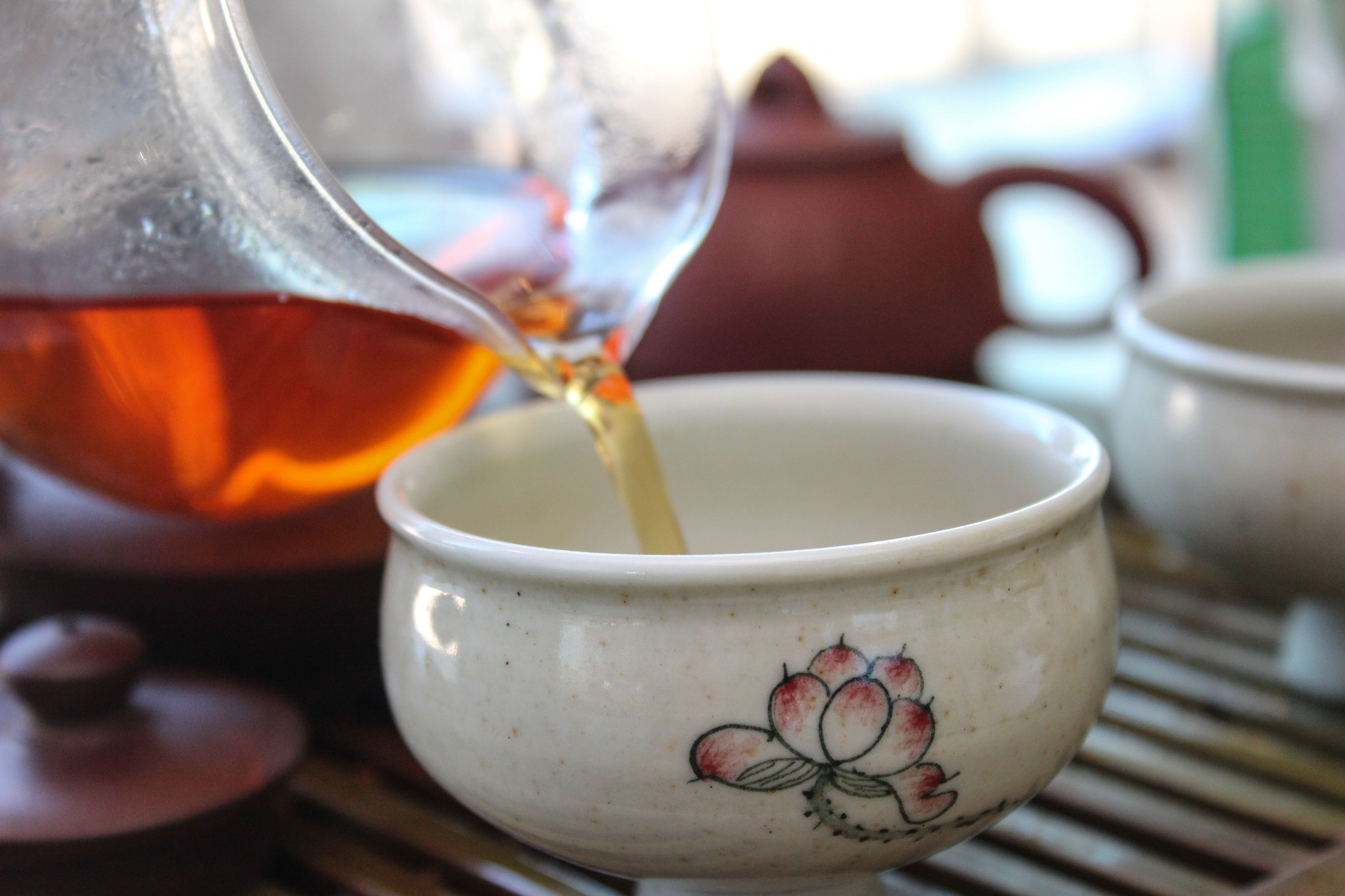 pouring a cup of Laoshan Roasted Oolong