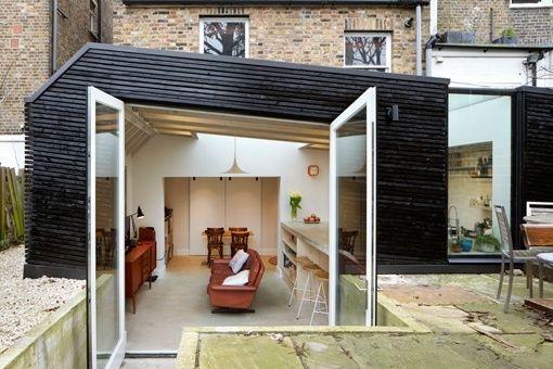 Ampliación de una cocina hacia el jardín, con estructura de madera ...