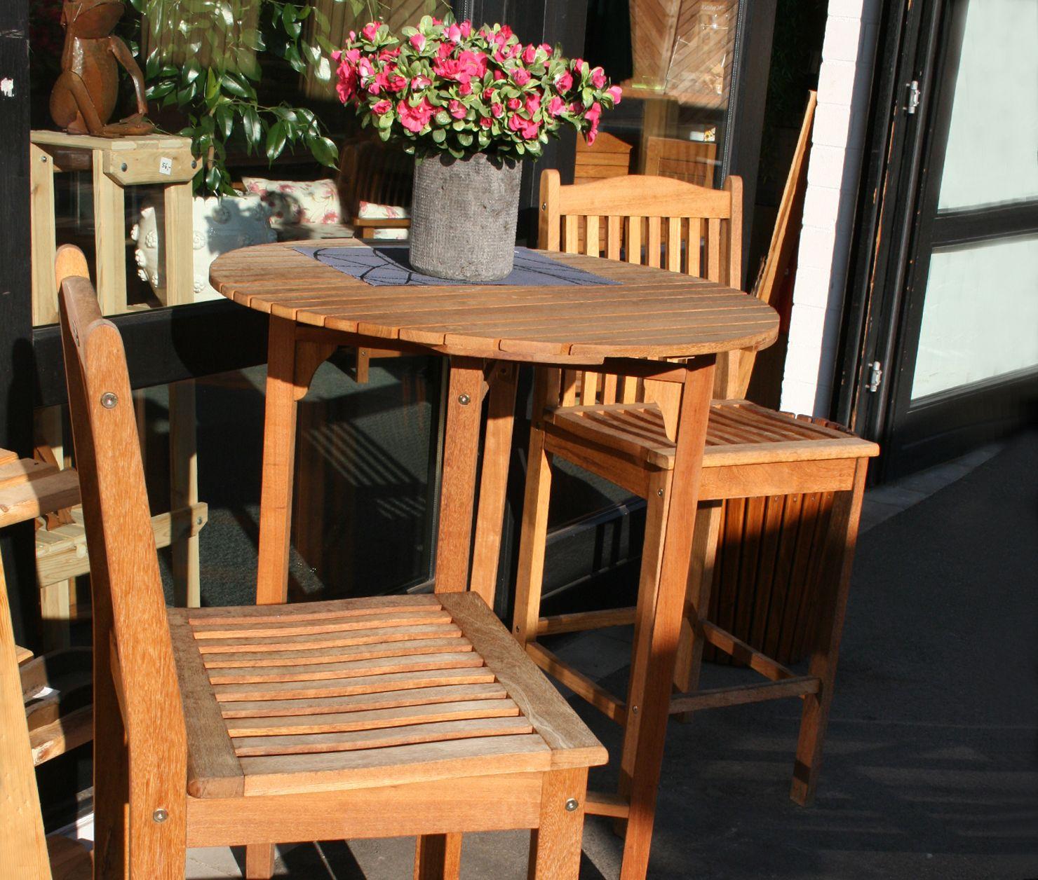 bar set aus bangkirai 3 teilig 1 tisch 2 hocker mobiliar und ambiente garten. Black Bedroom Furniture Sets. Home Design Ideas