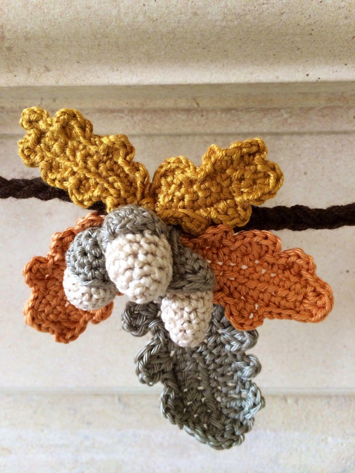 Herfstslinger (EN); In de tekst staan links naar het patroon voor de blaadjes en de eikeltjes. ✤ Het Haak Orakel ✤ www.pinterest.com... ✤ #crochet #free #pattern