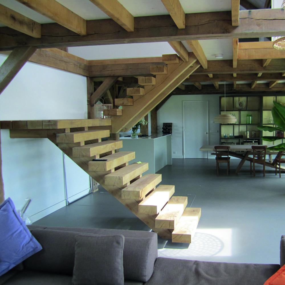 massief houten trap. deze trap is een sieraad in de woonkamer, Deco ideeën