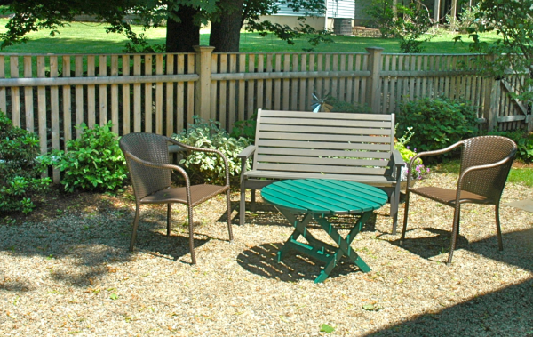 Gravel sitting area in yard pea gravel patios are for Outdoor sitting area ideas