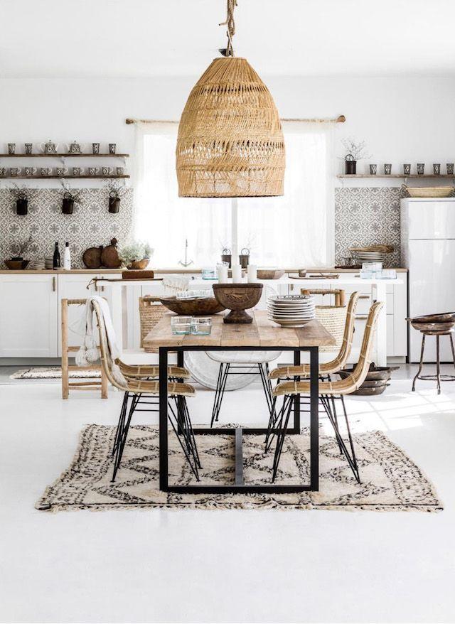 Küche im scandi Look mit Naturfarben, Rattan und weißen ...