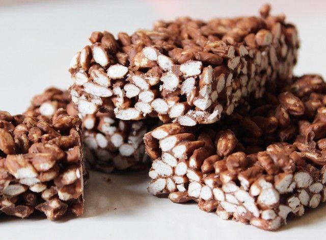 Se vi è avanzato del cioccolato dalle uova di Pasqua questo è un suggerimento per poterlo riutilizzare. Le barrette di cioccolato e riso soffiato sono davvero semplicissime da fare, una buona merenda sana ed energetica per voi e per i vostri bambini. Potete utilizzare qualsiasi tipo di cioccolato, io avevo un esubero di cioccolato al latte, ma sono ottime anche col fondente e il bianco. Due soli ingredienti per una merenda davvero golosa.
