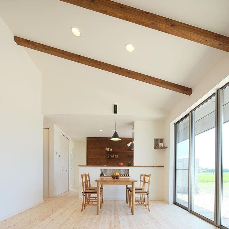 現し梁と勾配天井のあるldk 同じ16畳でも天井の立体感で広く感じます