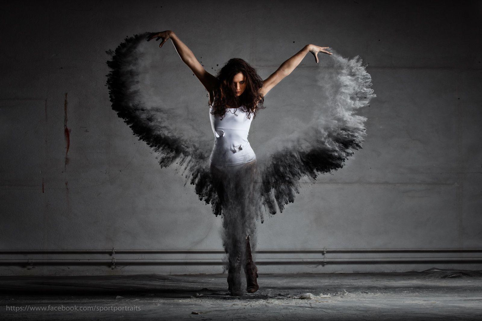 Dark Angel Mehlshooting Mit Tanzerin Dark Angel With Wings Of Dust Flour Dust Shooting With Strobes In An Ab Dans Fotografciligi Resimler Sanat Kadinlar