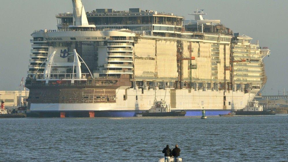 RUVER: Harmony of the Seas er er vann under kjølen for første gang ved STX Shipyards i Saint-Nazaire, Frankrike. Jomfruturen planlagt til mai 2016