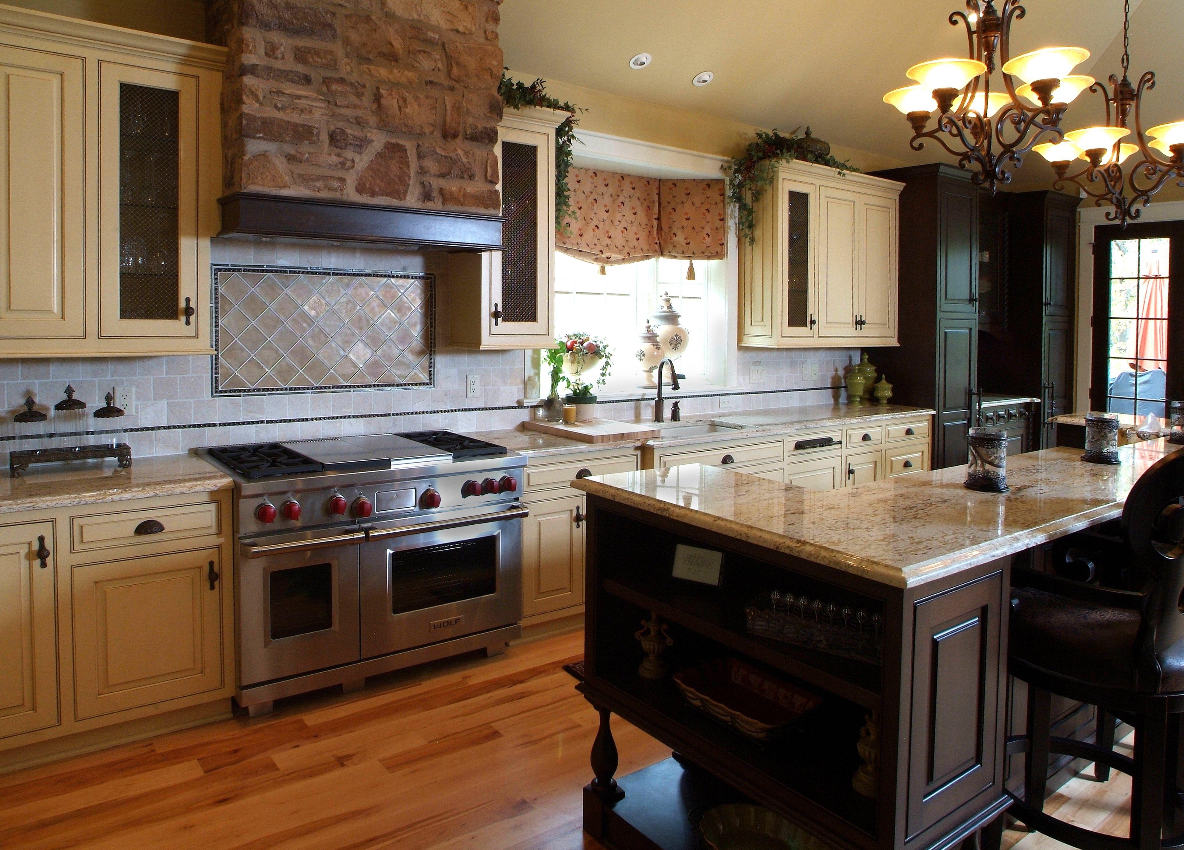 Fake stone rangehood chimney + dark island/cream cabinets ...
